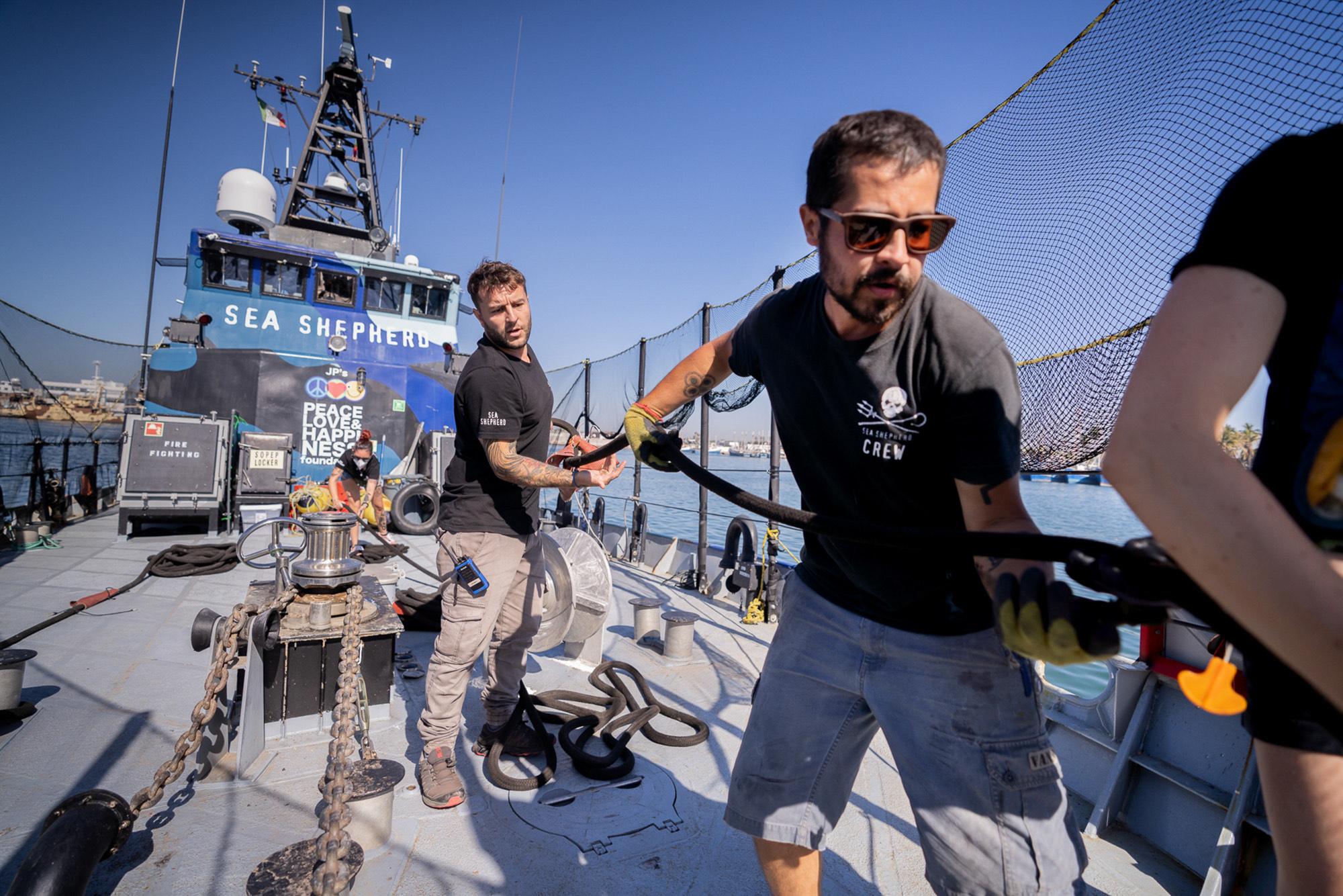 sea-shepherd-crew-pulls-anchor SEA SHEPHERD